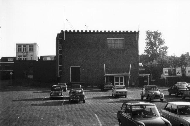 Buitenzijde oude schouwburg begin zeventiger jaren